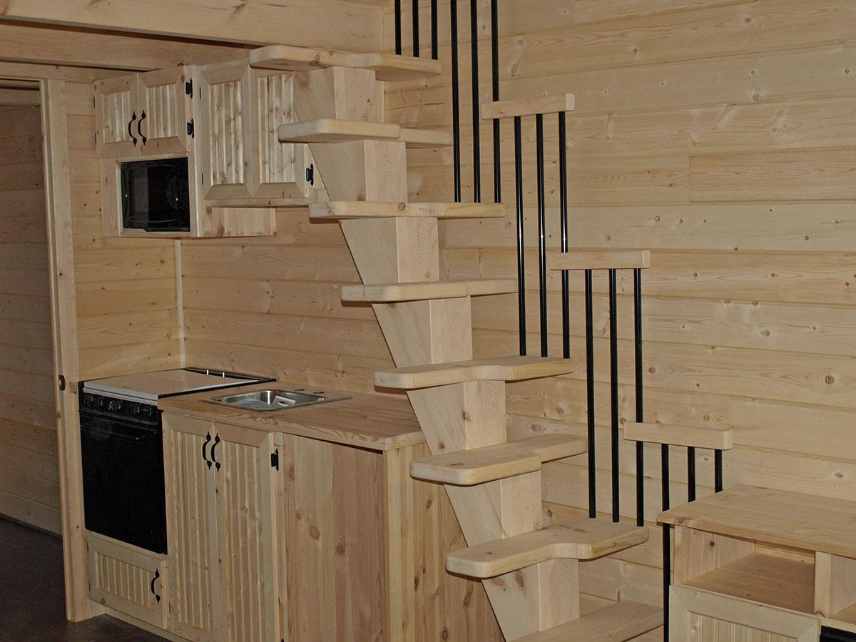 Intérieur de chalet : vue escalier